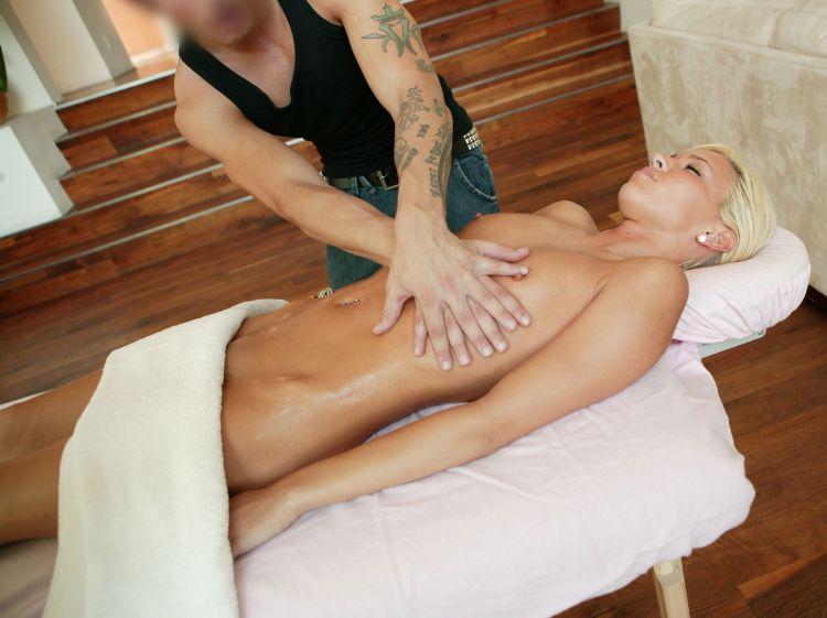 Расслабляется на массажиста видео блондинка