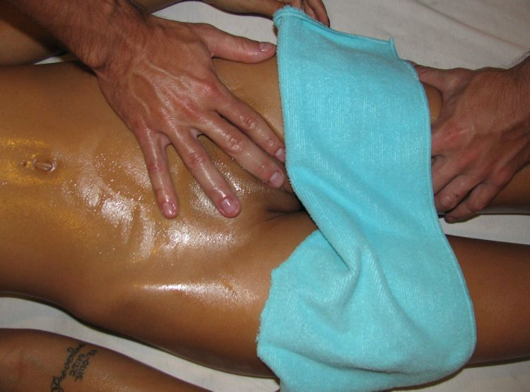 Делает масаж девушкб бикини парень