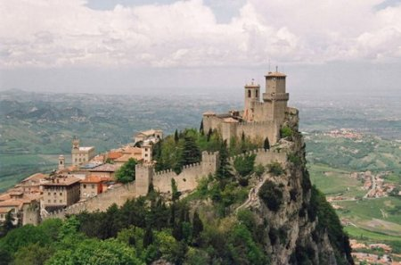 Самые удивительные крепости и маяки на вершинах скал